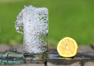 https://pixabay.com/en/water-glass-heat-drink-lemon-1545520/