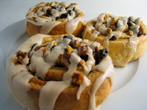 https://upload.wikimedia.org/wikipedia/commons/e/eb/Sticky_Vegan_Cinnamon_Rolls.jpg